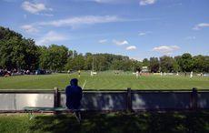 Schön im Schatten sitzen und Fußball gucken…
