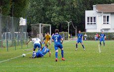 FC Südstern (in blauen Trikots) hatte in der Defensive alles im Griff…