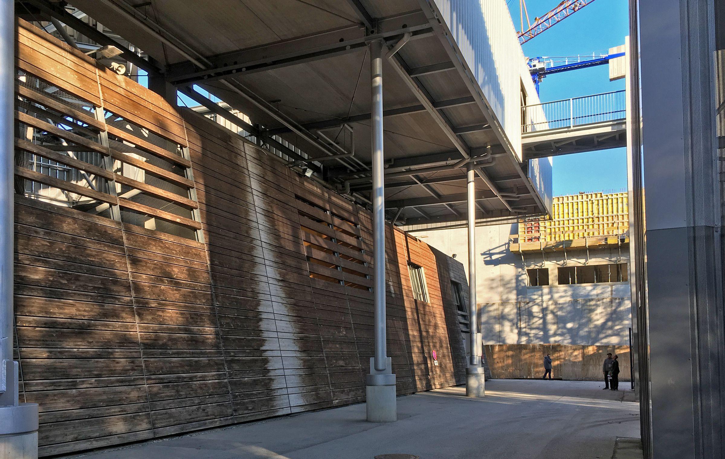 Das Stadion ist in hübscher »Holzwalloptik« gebaut worden…