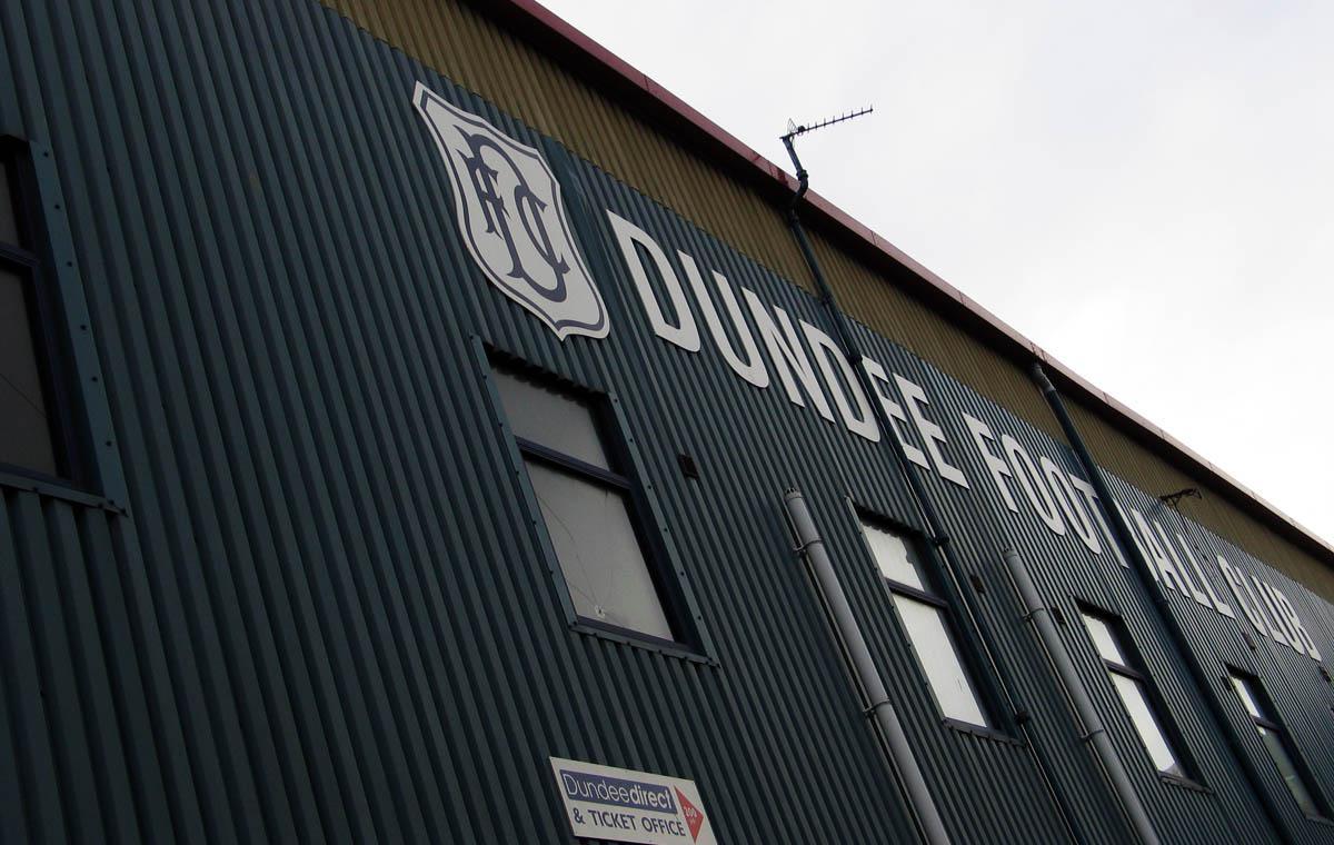Fassade von Den's Park, Stadion des FC Dundee, im August 2013
