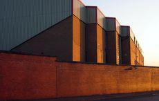 Die alte Klinkerfassade von Motherwells altehrwürdigem Stadion Fir Park. Bild: »Fir Park« von Paul Macrae auf flickr, CC BY-NC-ND 2.0