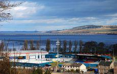 Das malerische Stadion von Ross County am Loch Ness. Bild: »Drochaid Chromba« von Màrtainn MacDhòmhnaill auf flickr, CC BY-NC 2.0