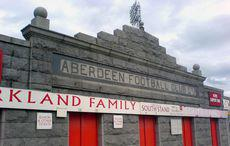 Fassade des Stadions des FC Aberdeen. »Pittodrie Stadium's granite facade viewed from outside the Merkland Road stand«, Wikimedia Commons, Public Domain