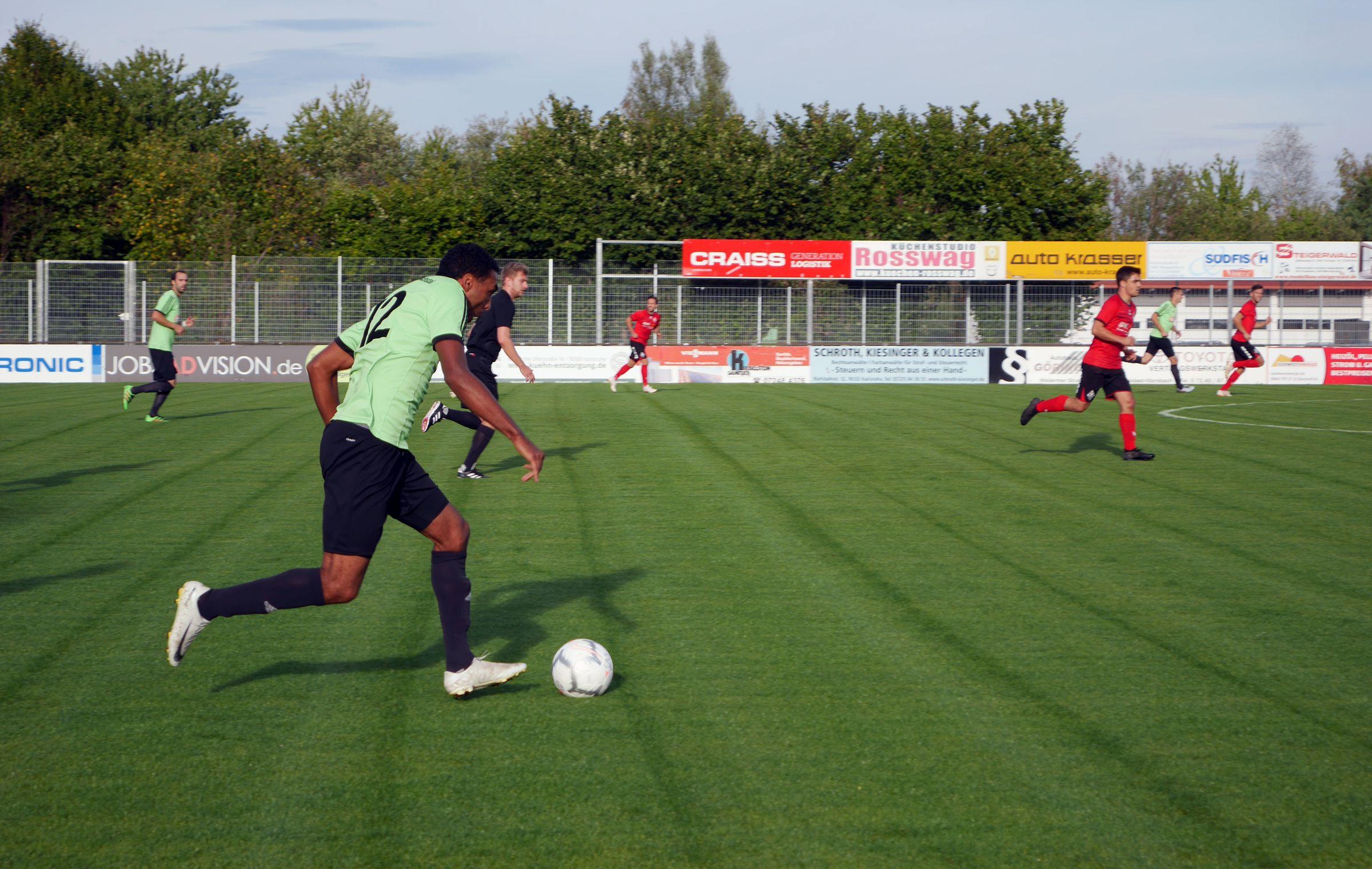 Friedrichtstals Hans Kyei treibt den Ball nach vorne…