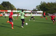 Hans Kyei führt den Ball…
