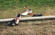 Die Fußballschuhe und Schienbeinschoner liegen unbenutzt auf dem Rasen…