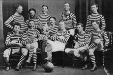 Die Mannschaft des Queen's Park FC mit dem gewonnenen Scottish Cup im Jahre 1874 (Bild gemeinfrei)