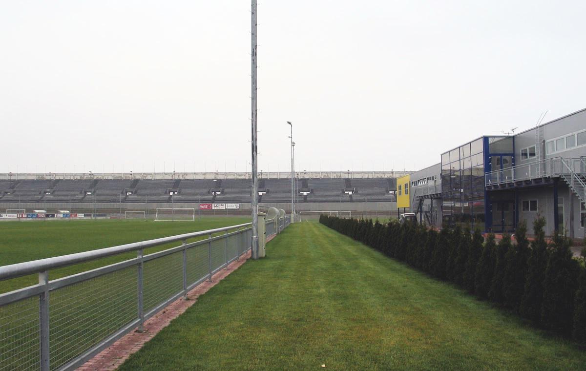 Spielfeld und Funktionsgebäude.