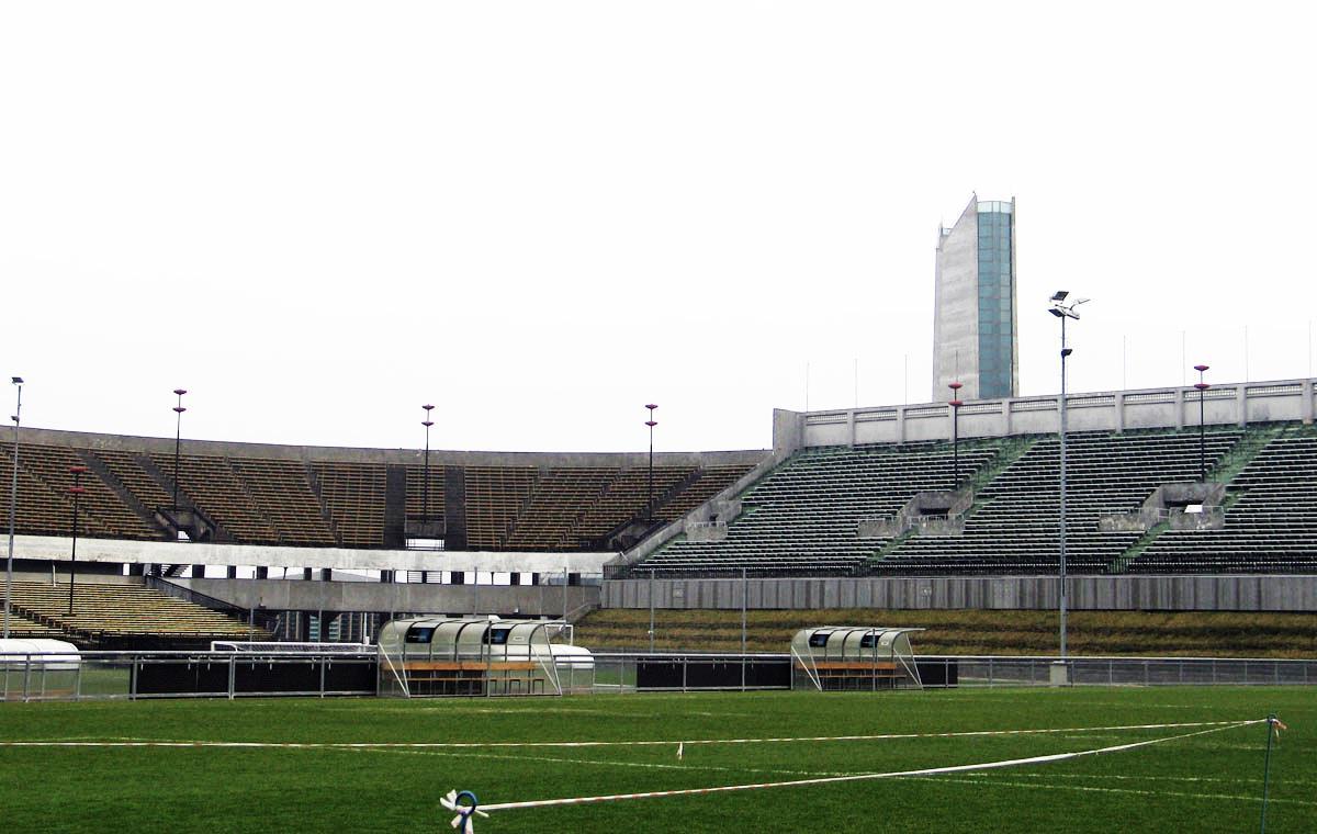 Spielfeld und Tribüne.