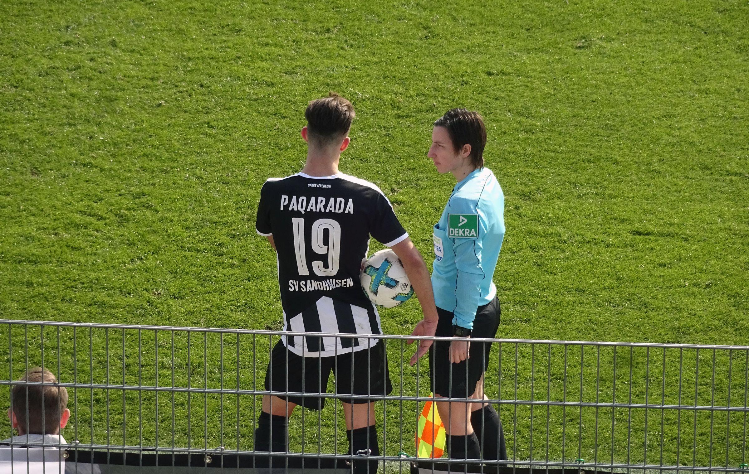 Leart Paqarada plaudert mit Schiedsrichterassistentin Katrin Rafalski…