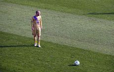 Christian Tiffert legt sich den Ball zurecht…