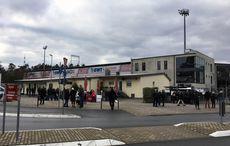 Das Hardtwaldstadion sieht von außen unspektakulär aus.