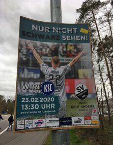 Mit der schwungvollen Karlsruher Trainerwechselei konnten die Plakatdrucker nicht mithalten…