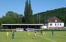 Etwa 300 Sportplatz-Fans im Turmbergstadion…