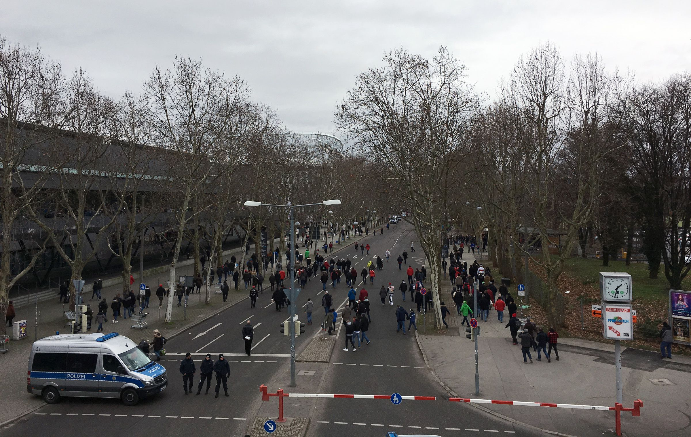 Vor dem Stadion…
