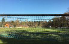 Ein leerer Sportplatz in der Frühlingssonne…