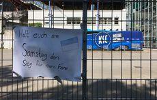 Handgemaltes Motivationsplakat vor dem »Geisterspiel« KSC vs Darmstadt 98