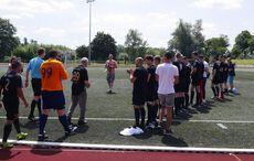 Die 89-jährige Vereinslegende Leo Pixken führte den SV Vorst auf's Feld…