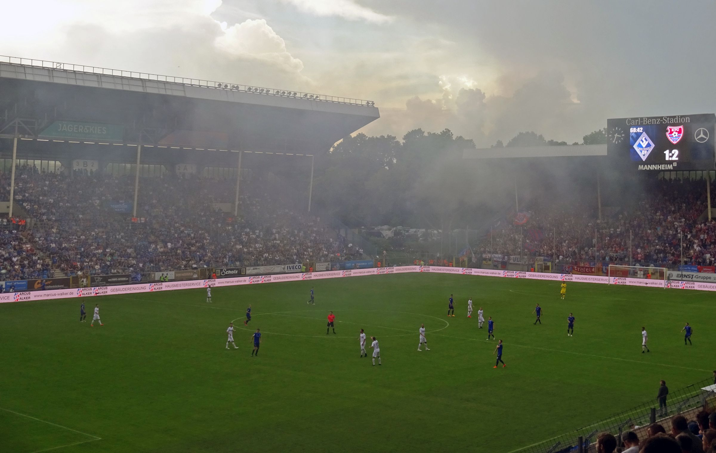 Und schon wieder Rauch über dem Carl-Benz-Stadion…