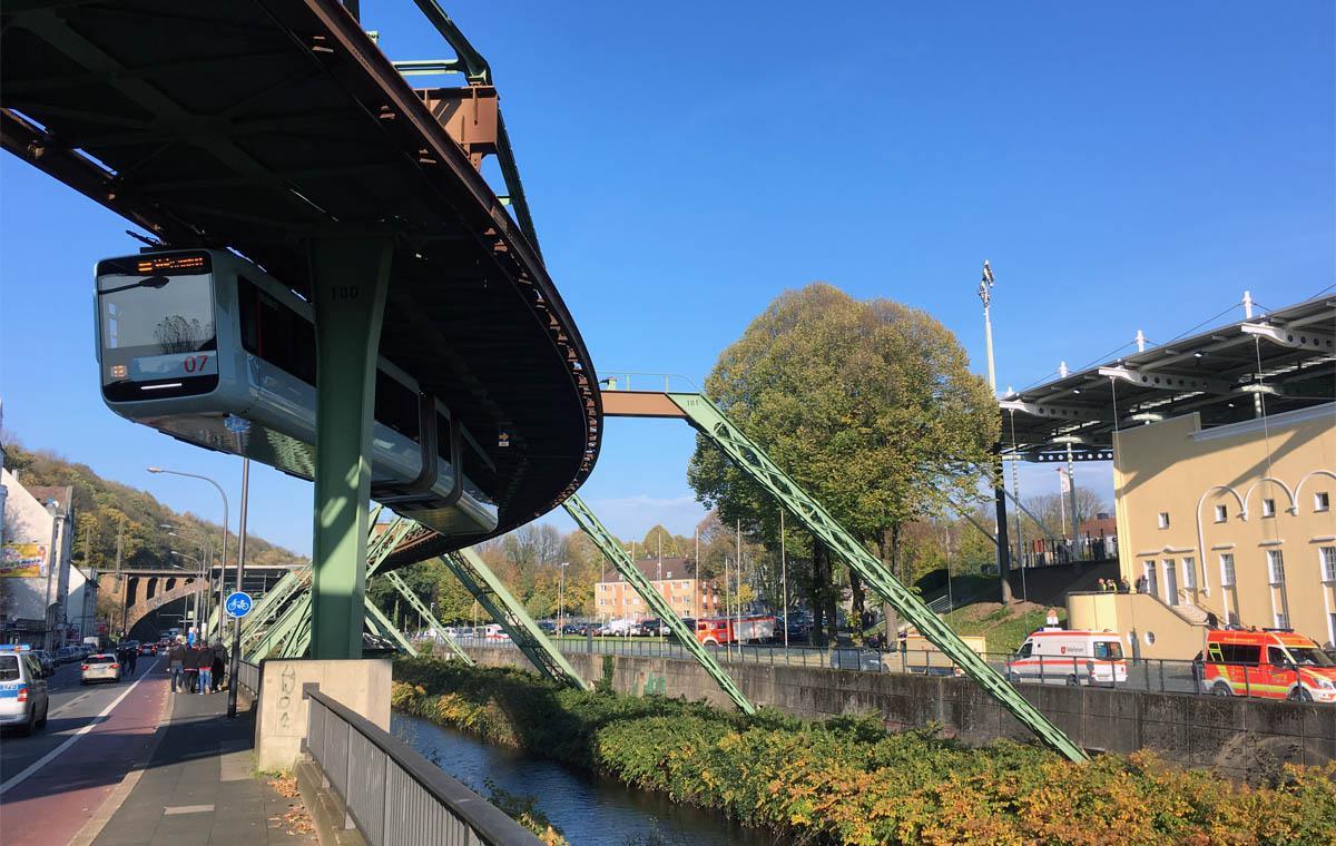 Malerisch windet sich die pittoreske Schwebebahn am Stadion vorbei.